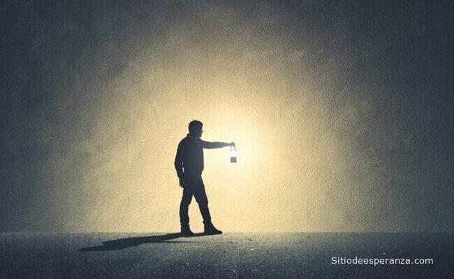 Hombre iluminando por donde camina