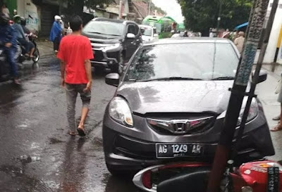 Sopir Ambil Tas, Mobil Tabrak Pemotor Mio
