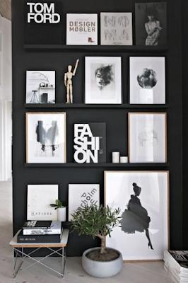 parede de quadros preto e branco