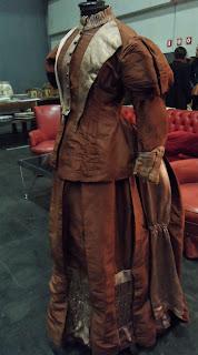 Vestido de dama antigua en el desembalaje de Bilbao