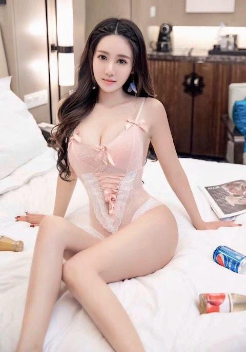 Pretty Asian girls wearing pink lingerie [4pics]