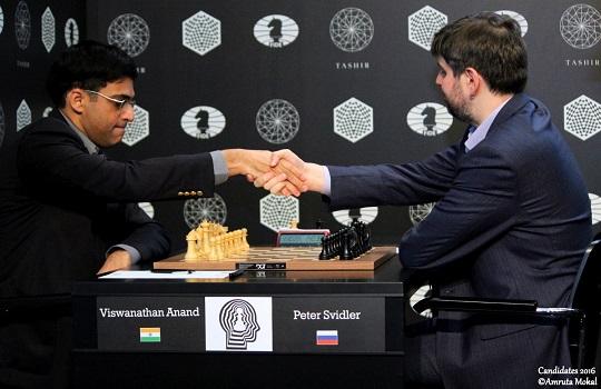 Viswanathan Anand bat Peter Svidler en 24 coups à la ronde 6 - Photo © Amruta Mokal