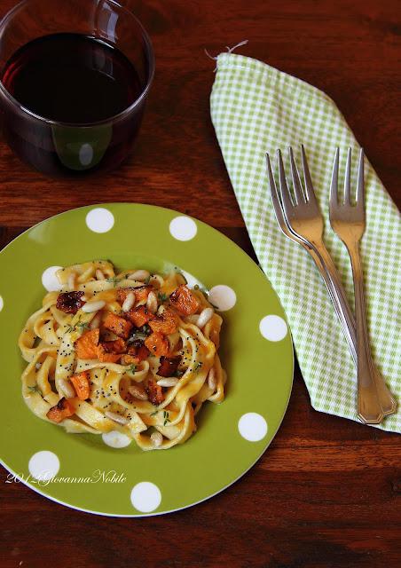 Tagliatelle-crema-zucca-pinoli-semi-papavero