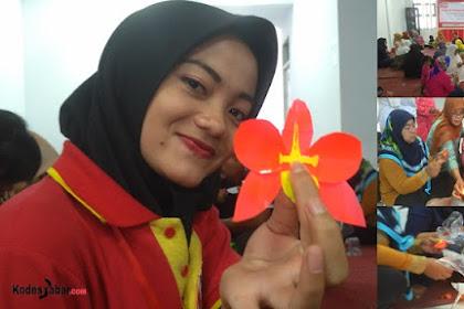 Merangkai Bunga Anggrek Plastik di Hari Jadi Alfamart Yang ke-18
