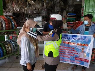 Aksi Bagi-bagi Masker Sat Lantas Polres Jeneponto Warnai Hari Keempat Ops Patuh