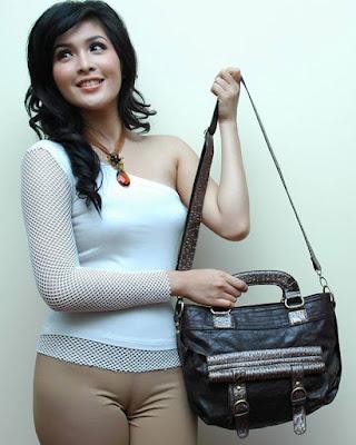 Sandra Dewi seksi dan manis