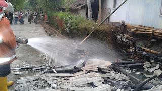 Tim Damkar  Padamkan Kebakaran Rumah Warga Mlawang