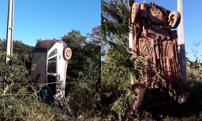 Carro se choca contra poste de energia e capota em vicinal de Trairão