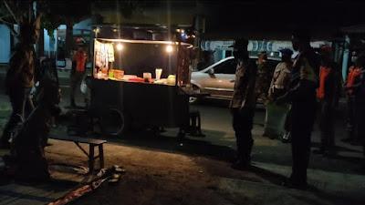 Blusukan ke Pasar Joho Sambirejo, Kapolsek Ngasem Sosialisasi PPKM Level 3 dan Berikan Bansos Sembako
