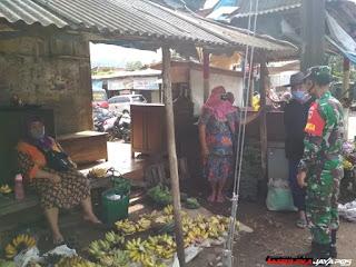 Babinsa Sosilisasikan Prokes Di Pasar Tanggulasi