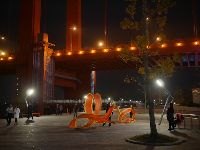 People near the Yingwuzhou Yangtze River Bridge (鹦鹉洲长江大桥) at night