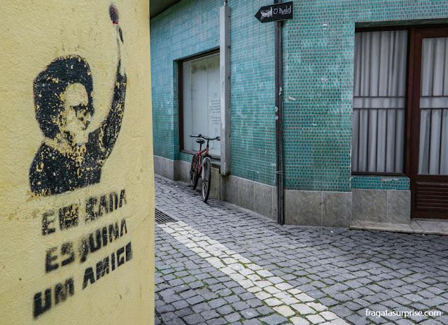 O verso de Grândola, Vila Morena, canção símbolo da democracia portuguesa, lembrado em uma esquina do Centro Histórico de Aveiro