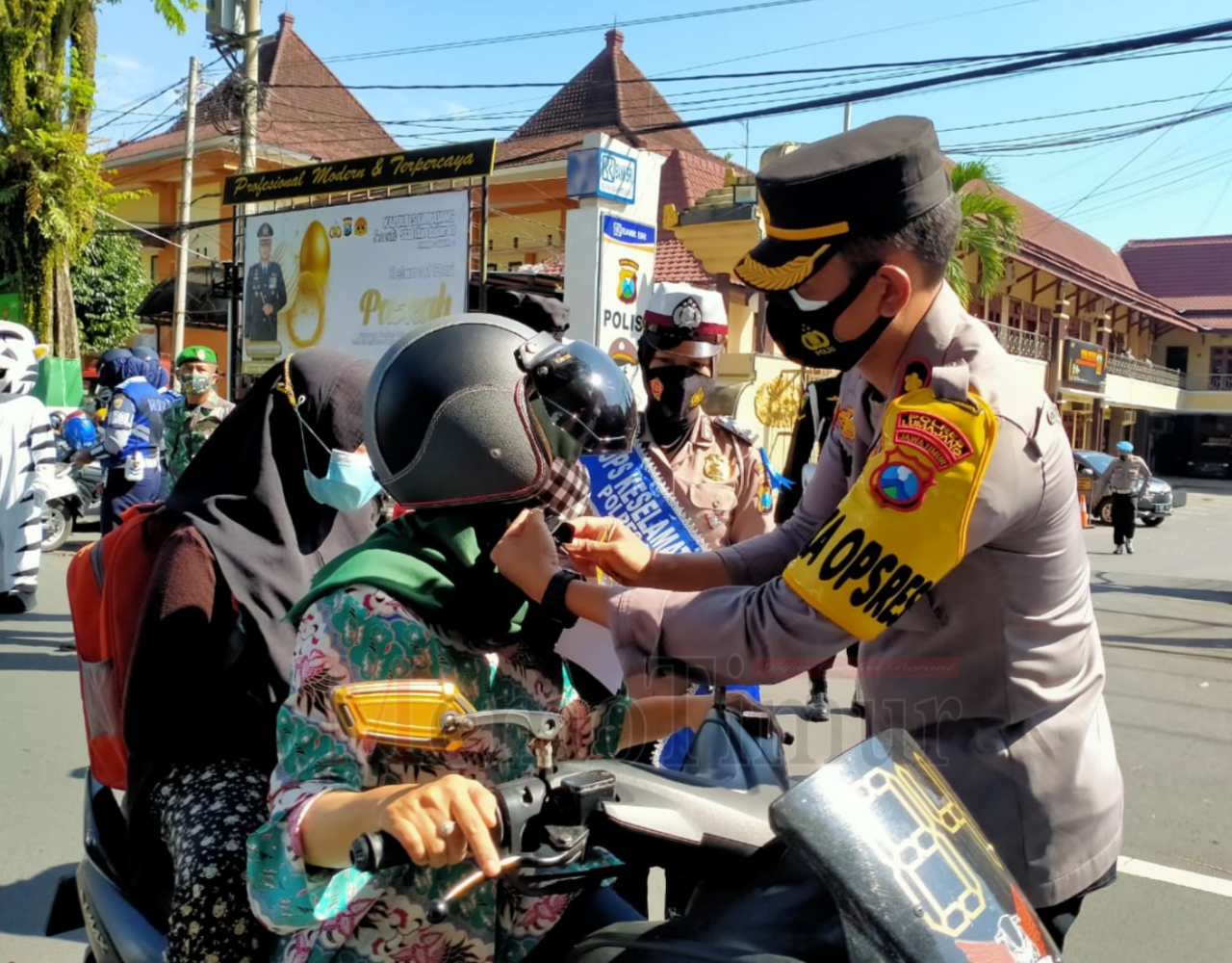 Waka Polres Lumajang Bagikan Masker Pada Pengendara