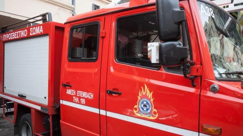 Στις φλόγες τυλίχτηκε «κλούβα» στην οδό Σαρίμβεη στη Λάρισα