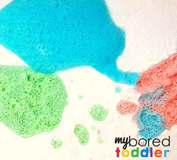 My bored toddler colour fizzing sensory bin with baking soda and vinegar reaction.