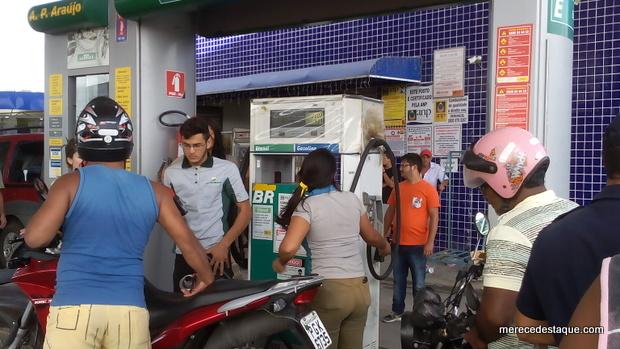 Veículos começam a ser abastecidos em Santa Cruz do Capibaribe nesta quarta-feira (30)