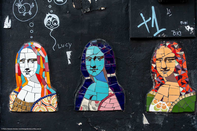 Pequeno mosaico com três imagens da Mona Lisa