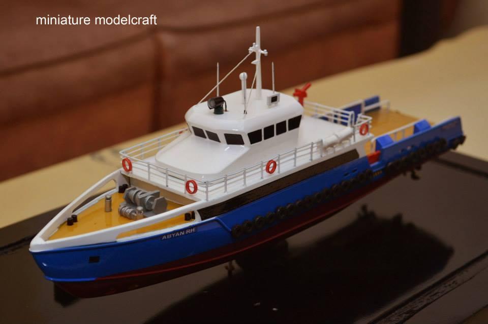 miniatur kapal crew boat cb peacock satu milik pt baruna raya logistics bikinan cv rumpun artwork