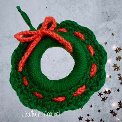 christmas wreath crochet pattern around wooden ring