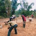 Pemuda Bate Borong Gotong Royong Mengerjakan Lapangan Volly