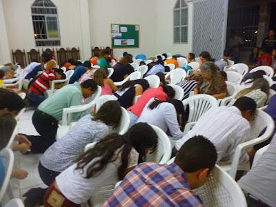 Imagem ilustrativa de pessoas orando em Igreja