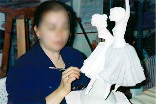 Proceso de decoración de una escultura cerámica
