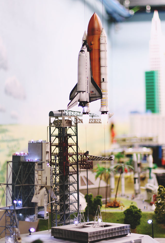 Model rocket space shuttle