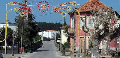 rua de uma vila enfeitada para festa