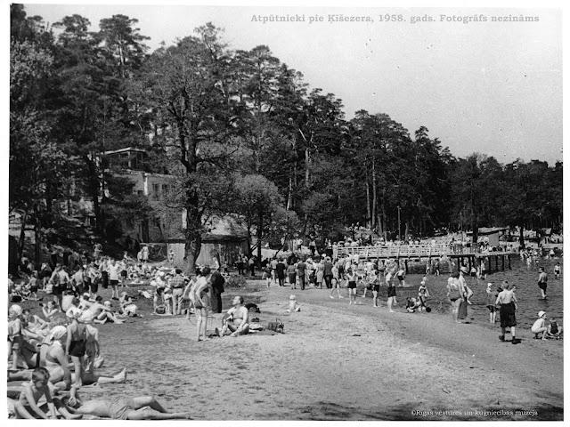 1958 год. Рига. Отдыхающие на пляже возле пристани на Кишозере...