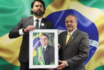 Bolsonaristas querem que sobrinho de Bolsonaro deixe o gabinete do senador do dinheiro na cueca