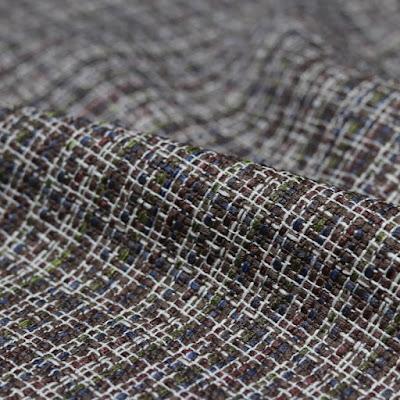O tweed é um tecido de textura áspera, podendo ser feito todo de lã ou ainda de uma mistura de outros tecidos, com padrões coloridos.