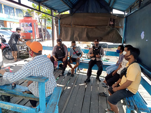 Polsek KP. Mentaya Sambangi Masyarakat Di Dermaga Taksi Penyebarangan Pasar PPM Sampit