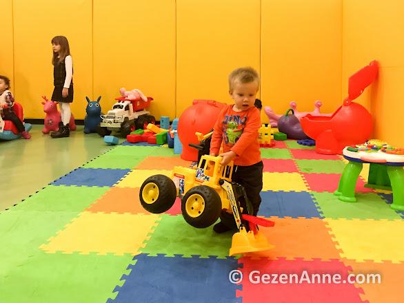 mini kulüpte oyuncaklarla oynayan oğlum, Rixos Belek