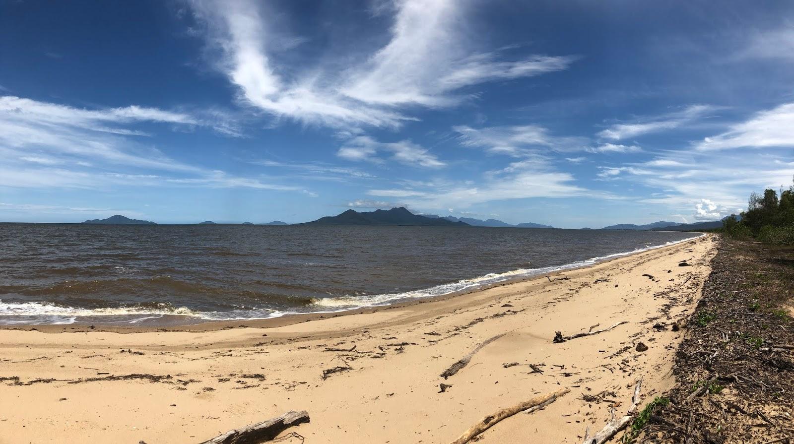 Plaża nad Morzem Koralowym w Australii z widokiem na wyspy.