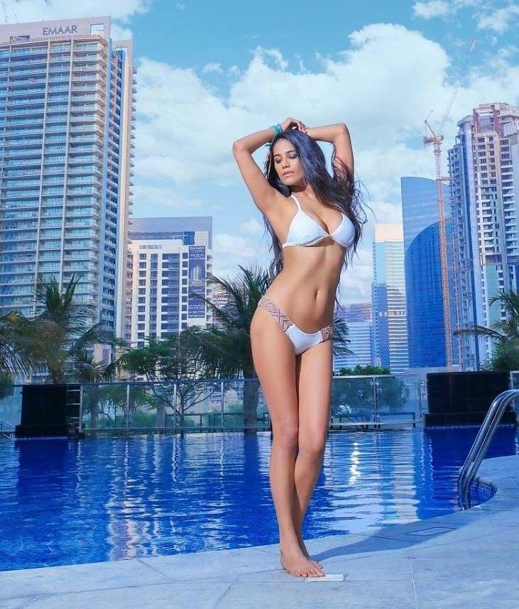 Poonam Pandey in sexy Bikini