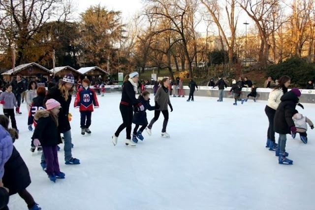 Pessoas patinando no Villagio delle meraviglie