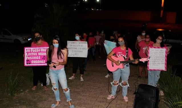Grupo de mulheres faz louvor em frente a hospital do Paraná