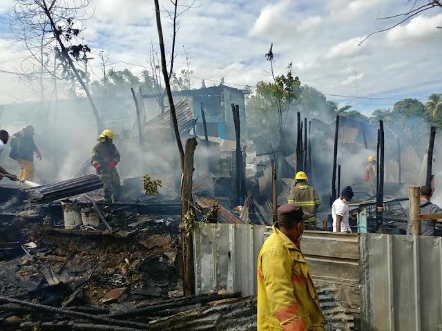 Fuego reduce a cenizas cuatro viviendas en Los Alcarrizos