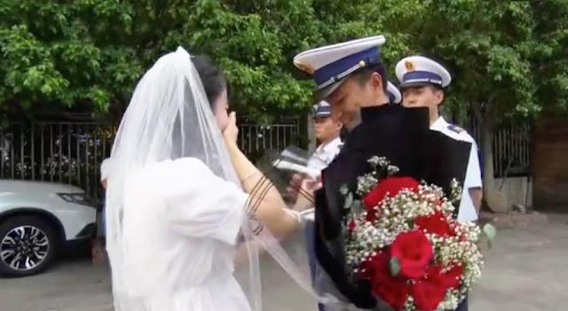 Cô gái mặc váy cưới, ôm hoa đi cầu hôn người yêu: 'Anh không có thời gian, vậy em đến tận nơi gả cho anh'