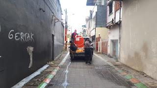 Bhabinkamtibmas Melayu Baru Dampingi PMI Lakukan Penyemprotan Disinfektan