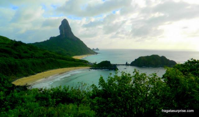 Morro do Pico e Dois Irmãos vistos do Forte dos Remédios, Fernando de Noronha