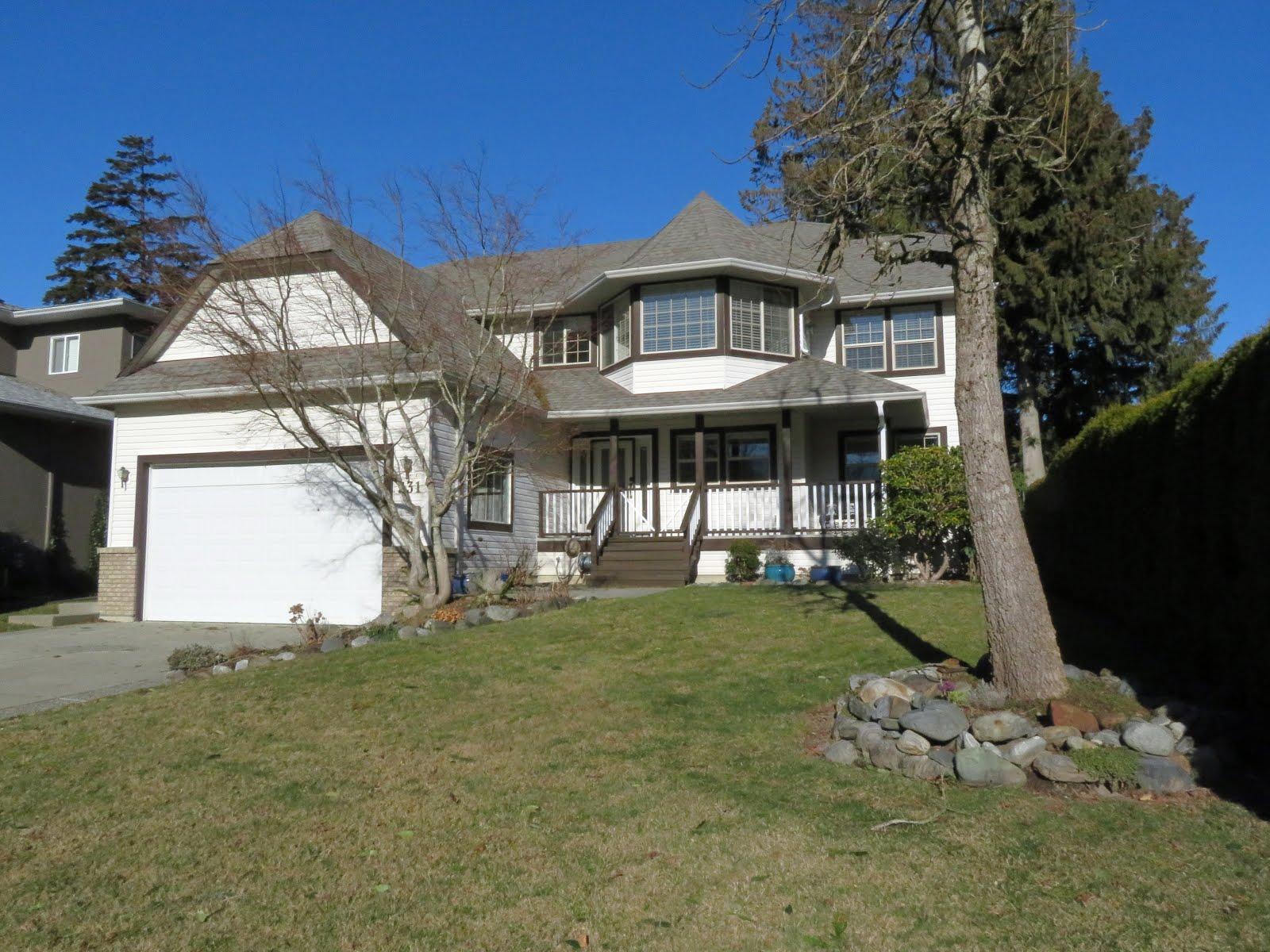 HARRISON HOT SPRINGS - Wonderful large family home with in-law suite.