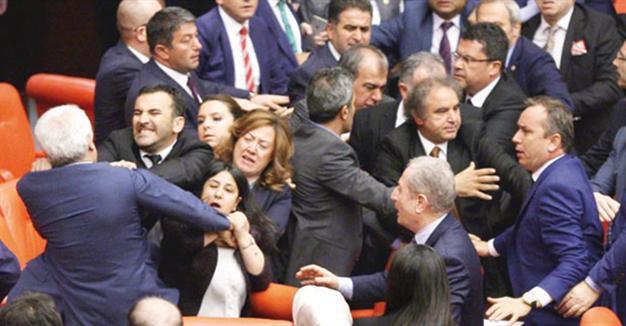 Πολύ ξύλο στην τουρκική βουλή