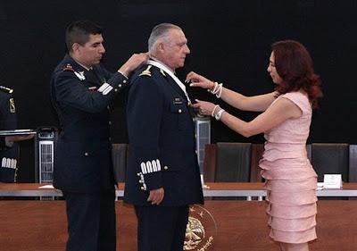 María Luisa Flores del Valle, presidenta Ejecutiva de la Alianza para la Educación Superior (ALPES), en el momento en que impuso la medalla Salvador Corrales Ayala al general Salvador Cienfuegos Zepeda, el 24 de mayo de 2017.