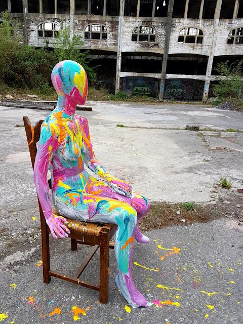 Peinture Abstraite Colorée sur Mannequin - Ben Heine Art