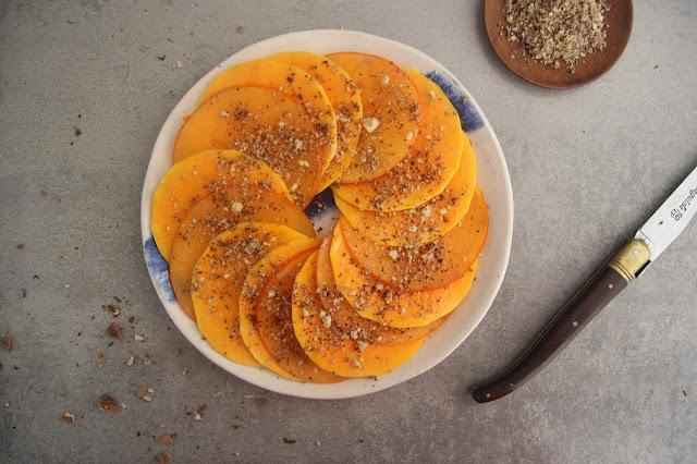 Cuillère et saladier : Carpaccio de butternut et kaki, dukkah de noix au sumac
