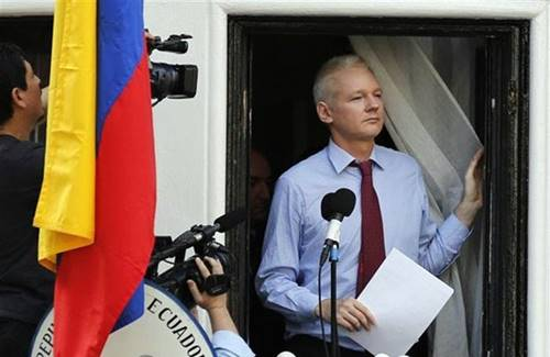 Fundador do WikiLeaks, Julian Assange, discursa na janela de embaixada do Equador em Londres