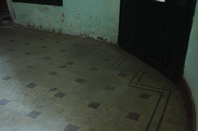 Chi tiết ốp gạch mosaic của căn biệt thự bỏ hoang