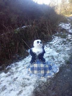 snehuliak v typickom škótskom oblečení
