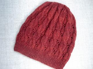 шапка спицами с ажурным узором